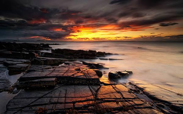 08.岩場に沈む夕日を撮影した美しいHDR写真壁紙画像