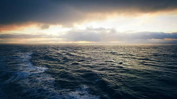 02.立体感のある波と夕焼けの水平線を撮影した高画質な写真壁紙画像