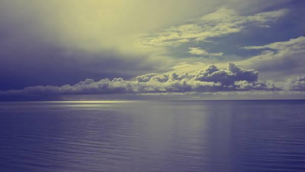 03.水平線と分厚い雲をレトロな色調で撮影したオシャレな写真壁紙画像