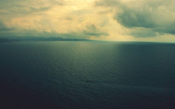 04.海と空のつくる水平線をくすんだ色合いで撮影した写真壁紙画像