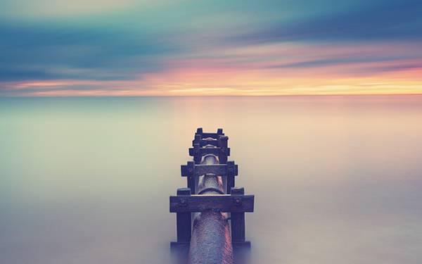 05.霧の中のパイプと水平線を撮影したカラフルな写真壁紙画像