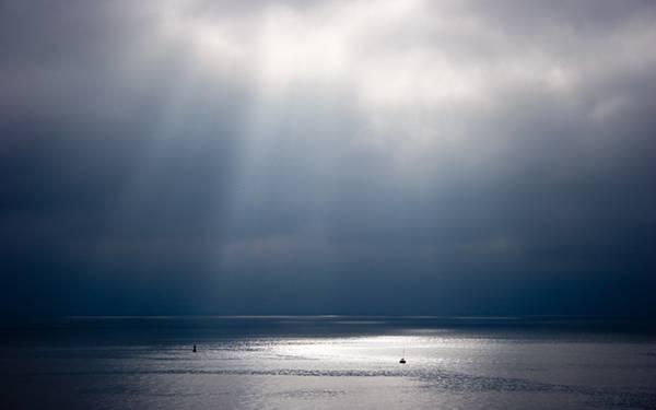 07.空から差し込む光とキラキラ光る海の波の綺麗な写真壁紙画像