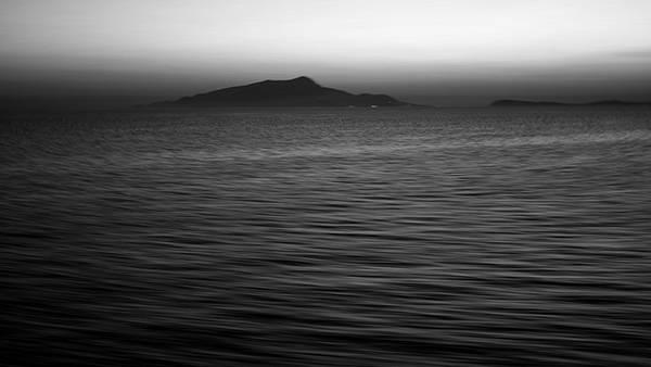 08.波と水平線をモノクロで撮影したカッコイイ写真壁紙画像