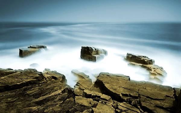 09.岩山に打ち寄せる波を長時間露光で撮影したカッコイイ写真壁紙画像