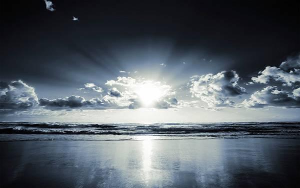 10.雲間から覗く太陽の光と水平線を撮影した美しい写真壁紙画像