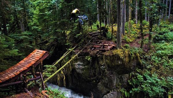 10.ジャングルの崖を自転車で飛び越えるカッコイイ写真壁紙画像