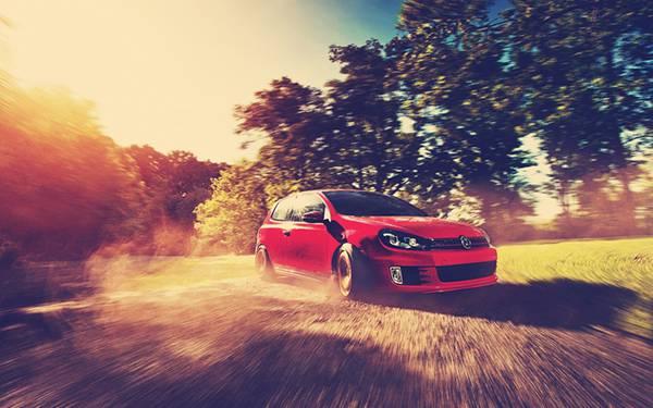 03.赤い車とモーションブラーがかっこいい写真壁紙画像