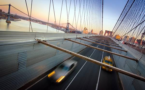 05.吊り橋を走る車をモーションブラーを効かせて撮影した写真壁紙