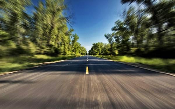 07.まっすぐに続いていく道をモーションブラーを効かせて撮影した写真壁紙