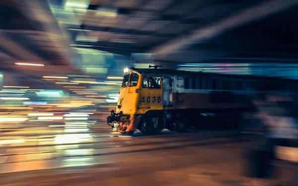 10.夜景の中を走る機関車を流し撮りしたクールな写真壁紙画像