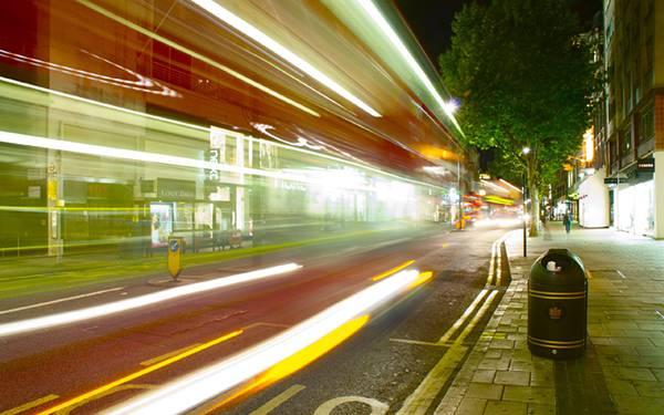 11.ロンドンを走る車を長時間露光で撮影した綺麗な写真壁紙画像