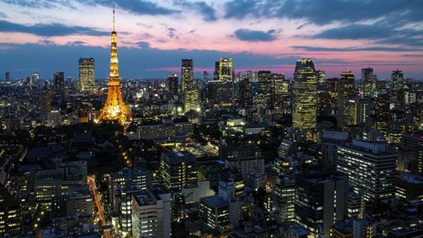 02.ビル群の中で赤くライトアップされた東京タワーの綺麗な写真壁紙画像