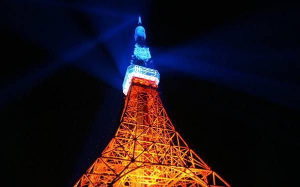 11.ライトアップされた東京タワーをアオリで撮影した写真壁紙画像