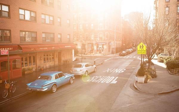 01.夕日の中の自動車の停めてある道路を撮影した美しい写真壁紙画像