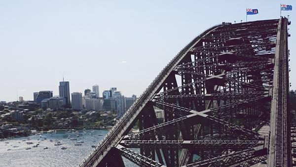 05.都会の湖と鉄橋を撮影したオシャレな写真壁紙画像