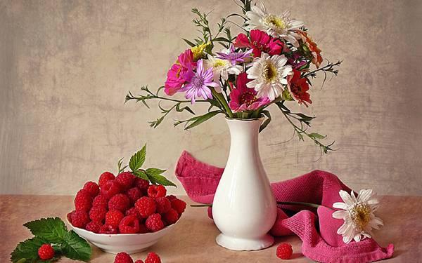 11.花瓶と木苺を並べたテーブルセットを撮影した写真壁紙画像