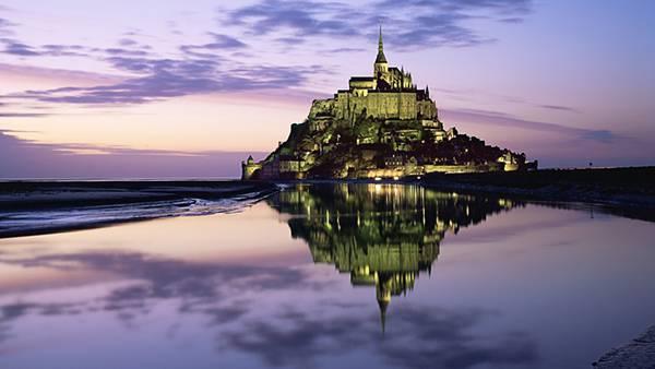 01.夕暮れ時のライトアップされた古城を撮影した美しい写真壁紙画像