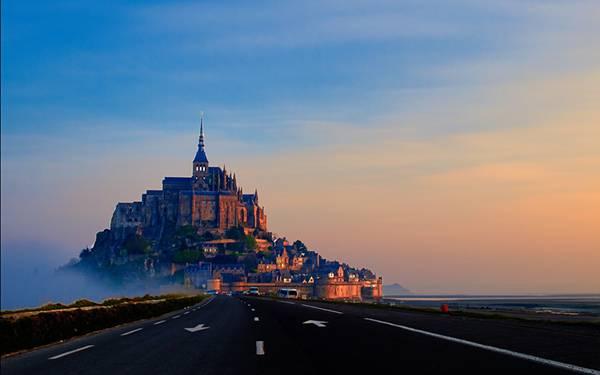 04.夕日の古城に続く道路を撮影した綺麗な写真壁紙画像