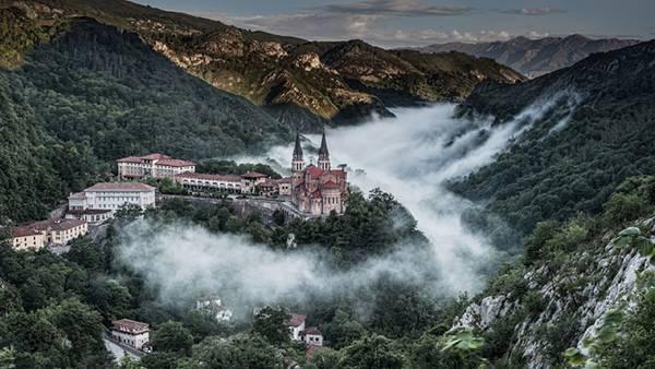 05.山の谷間にある霧のかかった古城の美しい写真壁紙画像