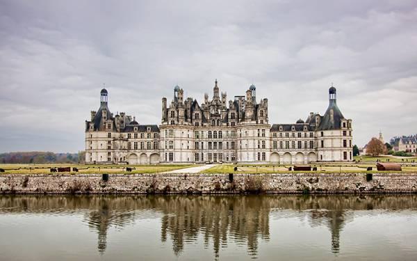 07.豪華な西洋の古城とそれを映す湖の美しい写真壁紙画像