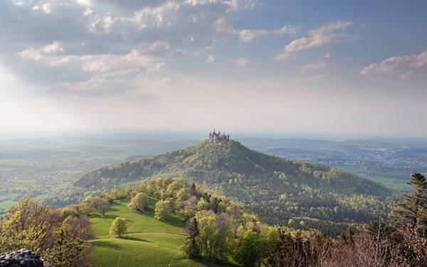 09.遠くの丘の上の古城を撮影した爽やかな写真壁紙画像