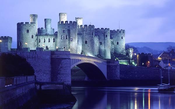12.橋の上に建てられた夜の古城を撮影した美しい写真壁紙画像