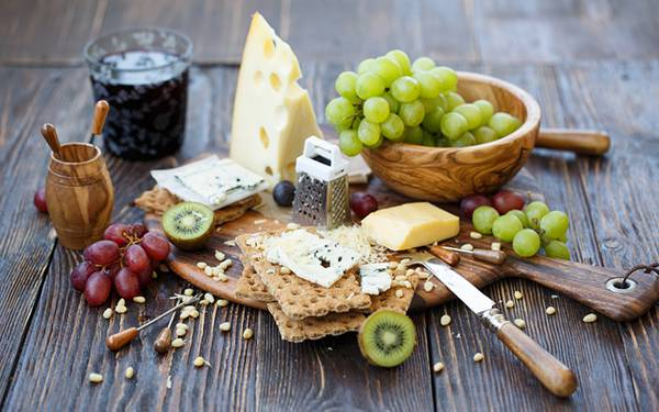 04.チーズやクラッカーとマスカットを撮影したおしゃれな写真壁紙画像