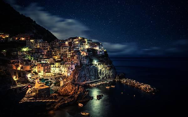 05.イタリアにある夜のチンクエテッレを撮影した美しい写真壁紙画像