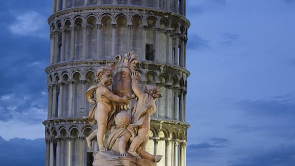 08.ピサの斜塔と天使の像を撮影した綺麗な写真壁紙画像