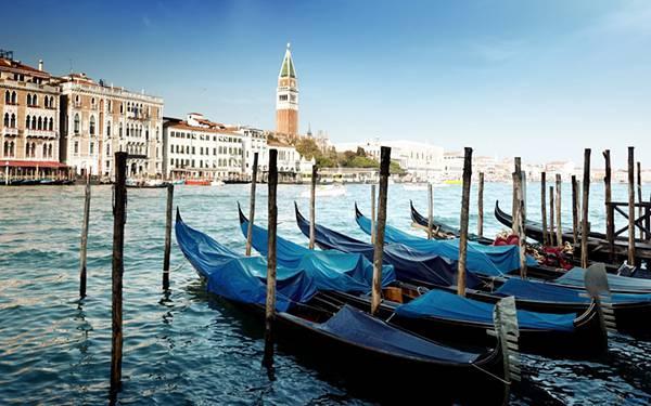 09.停留しているゴンドラを撮影したイタリアの風景の写真壁紙画像