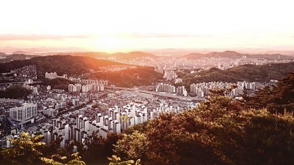 02.韓国の山に囲まれた高層ビル群と夕日の綺麗な写真壁紙画像