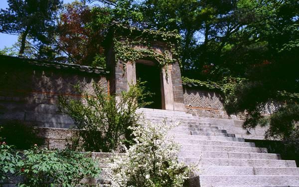 04.韓国のお寺の門を撮影した風情のある写真壁紙画像