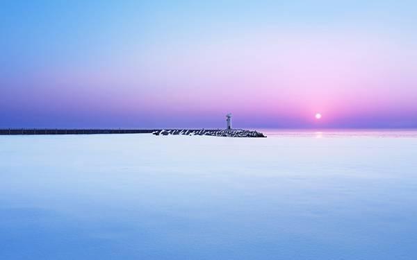06.水平線の狭間の灯台を撮影した美しい写真壁紙画像