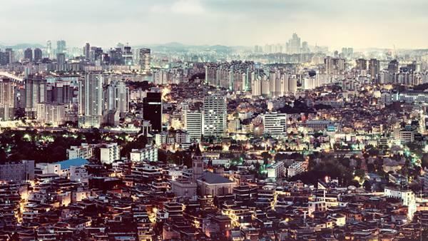 09.灯りのともる韓国の街並みを上空から撮影した写真壁紙画像