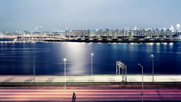 10.川沿いの高速道路の夜景を撮影した美しい写真壁紙画像