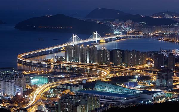12.吊り橋と街の灯りが美しい韓国の港町の写真壁紙画像