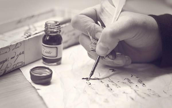 01.羽ペンとインクで手紙を書く手元をモノクロで撮影した写真壁紙画像