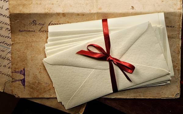 02.赤いリボンで束ねた手紙と古めかしい封筒のおしゃれな写真壁紙画像