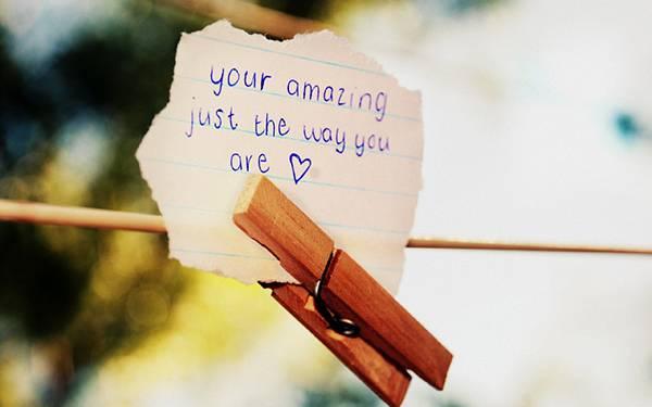 07.木のクリップで止めた手紙の切れ端の可愛い写真壁紙画像