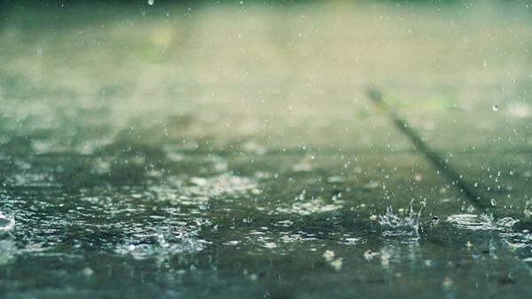 02.地面にあたって弾ける雨粒を撮影した綺麗な写真壁紙画像