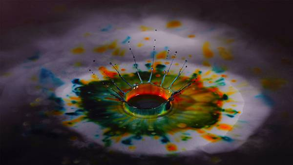 07.細かく弾けるカラフルな水彩塗料の綺麗な写真壁紙画像