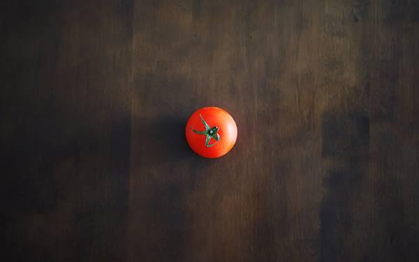02.テーブルの上の1つのトマトを撮影したシンプルな写真壁紙画像
