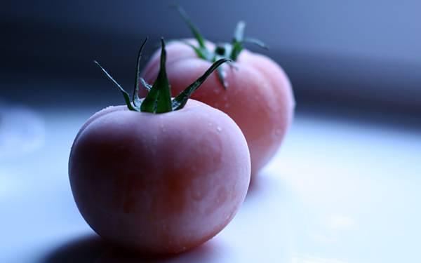 06.冷凍トマトをアップで撮影した綺麗な写真壁紙画像