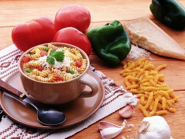 08.フジッリのトマトスープを撮影した綺麗な写真壁紙画像