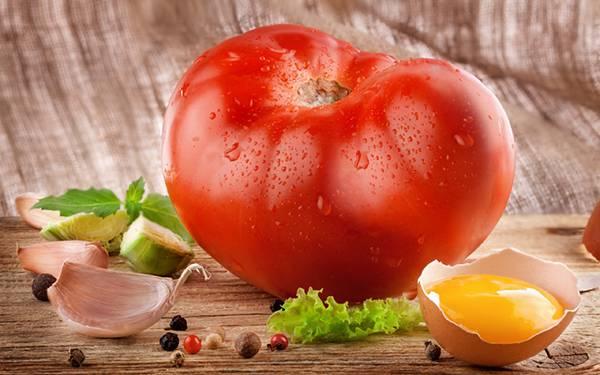 10.大きな立派なトマトを撮影したフレッシュな写真壁紙画像