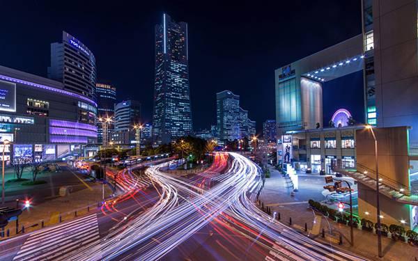 04.夜の横浜の道路を長時間露光で撮影したクールな写真壁紙画像
