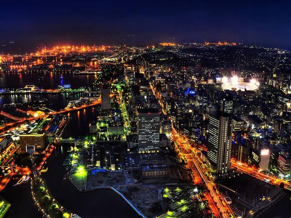 06.鮮やかな光が美しい横浜のビル街の夜景写真壁紙画像