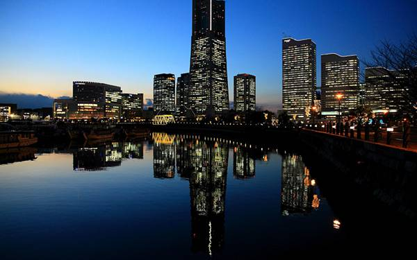 07.水面に写った夜の高層ビルを撮影した美しい写真壁紙画像