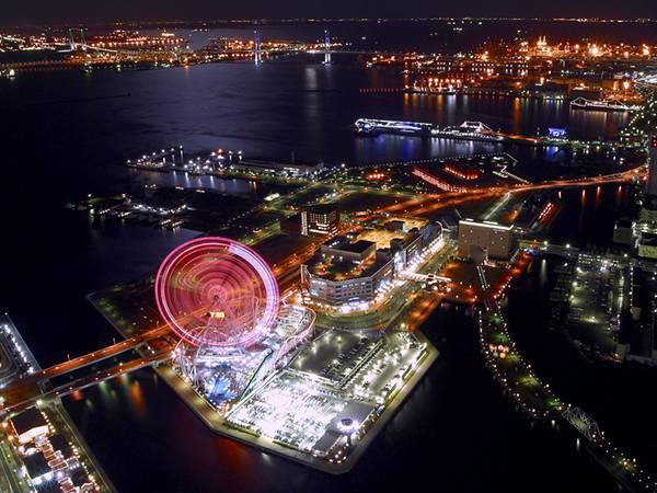 08.港に浮かぶ夜のよこはまコスモワールドを撮影した写真壁紙画像