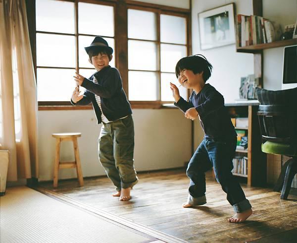 子供を見守る親の目線でファインダーを覗いた写真作品 - 06